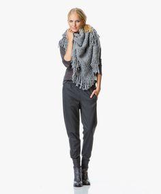 Trendy en stijlvol, maar vooral tijdloos en multi-inzetbaar! Deze grijze ponchosjaal van Kyra & Ko ontworpen in een prachtig bouclé breisel.