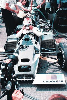 Piquet no cockpit da Brabham ainda sem carenagem.