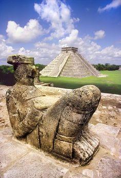 Chac Mool mirando hacia el Castillo de Kukulcán en Chichén Itzá