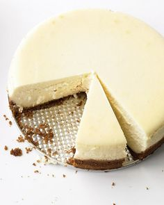 A crumbly graham cracker crust and silky cream cheese filling make this New York-style cheesecake a winner.A crumbly graham cracker crust and silky cream cheese filling make this New York-style cheesecake a winner. Food Cakes, Cupcake Cakes, Graham Crackers, Cheesecake Tradicional, Just Desserts, Dessert Recipes, Cupcake Recipes, Dessert Healthy, Lemon Desserts