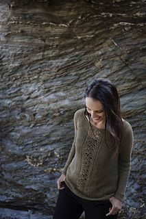 Linho is a simple summer pullover worked in linen yarn, with a delicate lace front.