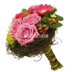 Этот небольшой, но такой милый букет, составлен из розовых гербер и роз, салатовых хризантем и красного хиперикума. Цветы жизнеутверждающих насыщенных тонов уютно расположились в декоративном «гнездышке»