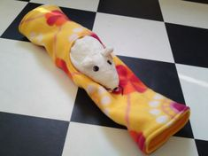 Rat hammock tutorial - Peekaboo Tube (site is in Dutch, but photos are easy to follow) #rats #tutorial