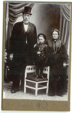 Swedish giant Gustaf Edman with family.