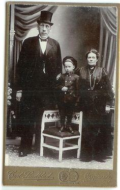 Swedish giant Gustaf Edman with family.