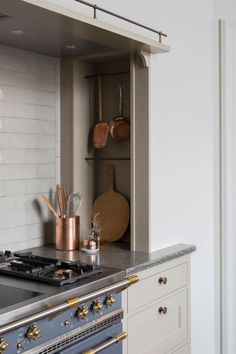 Old Swedish Style: Manor House Detailing in a Traditional Kitchen by Kvanum Gustavian fans: the Karleby kitchen from Kvanum Real Classic line is modeled after Scandinavian classic designs, handmade workmanship included. Swedish Kitchen, New Kitchen, Kitchen Dining, Kitchen Cabinets, Dining Rooms, Kitchen Ideas, Eclectic Kitchen, Kitchen Black, Copper Kitchen