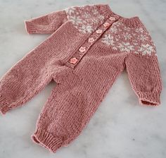 Ravelry: Stjørnudust pattern by Randi Hjelm Debes Romper Pattern, Jumpsuit Pattern, Knitting For Kids, Baby Knitting Patterns, Ravelry, Baby Overall, Big Knit Blanket, Big Knits, Knitted Baby Clothes