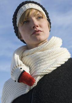 *Der Gans Schal wird im neuen DaWanda Lovebook Winter 2012/13 gezeigt!*   In dem Schnabel der Gans befindet sich eine starke Klammer, die gleichzeitig
