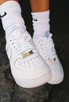 Mode Shoes, Sneakers Mode, White Sneakers, Sneakers Fashion, Jordans Sneakers, Air Jordans, Af1 Shoes, Nike Air Shoes, Jordan Shoes Girls
