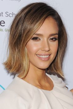 Jessica Alba on the best beauty advice she's received from her mom. Cabelo Jessica Alba, Jessica Alba Bob, Jessica Alba Short Hair, Mom Haircuts, Bob Hairstyles, Celebrity Hairstyles, Wedding Hairstyles, Haircuts For Oval Faces, Oval Face Hairstyles Short