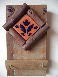 Porta chaves em madeira de demolição com uma peça de cerâmica aplicada com moldura em eucalipto. Contém dois ganchos.