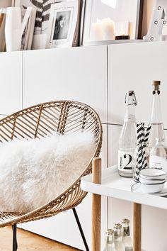 Kerzen, Bilder, Leuchtbuchstaben und einzigartige Vasen. Dieses Sideboard Styling ist einfach nur perfekt! Dazu noch ein angesagter und perfekt dekorierter Barwagen, sowie ein trendiger Rattan-Sessel mit kuscheligem Fellkissen. Fertig ist ein perfektes Wohnzimmer Styling im modernen Skandi Look! // Wohnzimmer Sideboard Sessel Barwagen Servierwagen Ideen Deko Dekorieren WohnAccessoires #WohnzimmerIdeen #Barwagen #SideboardStyling