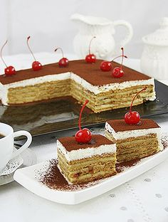 A coffee flavored cake with vanilla cream filling for those who love the simplicity. (in Romanian) Romanian Desserts, Romanian Food, Romanian Recipes, Cake Recipes, Dessert Recipes, Kolaci I Torte, Biscuit Cake, Just Cakes, Food Cakes