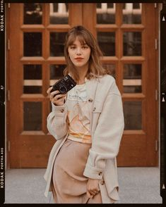 I have this annoying habit of ALWAYS posing with my hands on my hips. My obsession for aesthetic and I can't simply unsee this repeating… Jeanne Damas, Look Office, Parisian Chic, Mode Inspiration, Fashion 2020, Girl Photos, Dress To Impress, Going Out, Fashion Beauty
