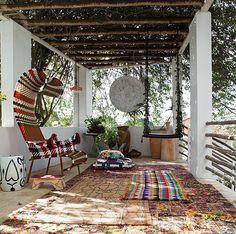O terraço da designer de estampas Adriana Barra não poderia ter menos cores! Poltrona, tapetes indianos e esteiras indígenas deixam o ambiente com o estilo da proprietária. As plantas completam o clima