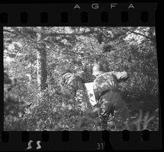 Spain - 1937. - GC - @ Gerda Taro - Soldados republicanos llevando una camilla por el bosque, Puerto de Navacerrada, frente de Segovia - finales de mayo-principios de junio de 1937