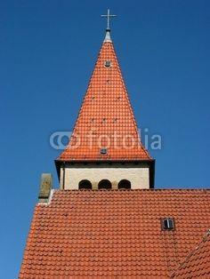 Kirchturm und rotbraunes Dach der evangelischen Kirche in Helpup bei Detmold im Kreis Lippe am Teutoburger Wald