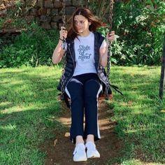 Few days ago, Alia Bhatt has been shooting for Sadak 2 in Ooty. Now, Dear Zindagi actress Alia Bhatt has come back to Mumbai Cute Casual Outfits, Simple Outfits, Casual Wear, Indian Bollywood Actress, Beautiful Bollywood Actress, Alia Bhatt Photoshoot, Indian Celebrities, Bollywood Celebrities, Alia Bhatt Cute