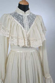 Gunne Sax Ivory Lace Ruffled Gown Close Up Front 1890s Fashion, 60s And 70s Fashion, Renaissance Fashion, Edwardian Fashion, Vintage Dresses, Vintage Outfits, Victorian Dresses, Victorian Gothic, Gothic Lolita