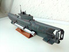 U-5022, Kiel 1945. Deutsches Kleinst-U-Boot Seehund, Typ XXVII B. Besatzung 2 Mann. V max. aufgetaucht 8 kn, getaucht 6 kn. Länge 11,86 m. 2 x Torpedo G7e. 1/72 Revell