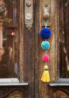 DIY Summer Pom-Pom Doorknob Garland (Design*Sponge) There's a small, colorful town in Mexico called Sayulita that's known for its beautiful beaches and great surfing. I was eager to explore the bordering towns while staying in Nuevo Vallarta, Mexico fo Yarn Crafts, Diy And Crafts, Crafts For Kids, Arts And Crafts, Crafts With Wool, Adult Crafts, Decor Crafts, Home Decor, Summer Diy