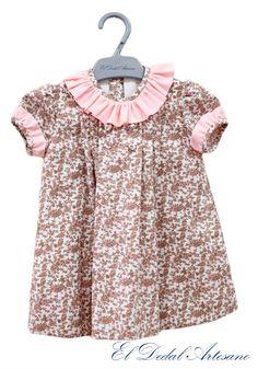 Vestido en tonos rosas y chocolate, manguitas y cuello en rosa