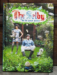 Todd Selby s'invite chez vous ! Le livre du site éponyme nous dévoile l'habitat haut en couleurs de gens anonymes ou célèbres. Une source d'inspiration inépuisable pour revoir sa déco intérieur / The Selby is in your place - 256 pages, en anglais, éditeur : Harry N. Abrams (2010) / #livre #theselby