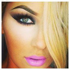 Dark smokey eyes with fuisia lips. Gorge!