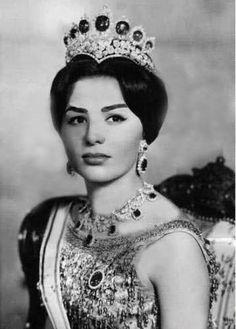 Farah Diba (1938) appartenente ad una famiglia aristocratica iraniana, figlia di Sohrab Diba e di Farideh Gothbi. Farah fu educata in una scuola privata italiana e poi in una francese, fu introdotta a corte dopo il ripudio di Soraya per farle conoscere lo scià e per farla diventare la nuova imperatrice, secondo un piano del ministro Zahedi che ebbe successo.