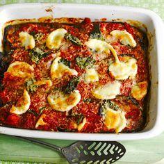 Verwarm de oven voor op 190 ºC. Bak de ui, knoflook en basilicumsteeltjes 7 minuten in 3 eetlepels olijfolie.