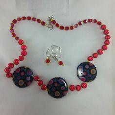 Délicieux et pétillant voici ce collier rouge éclatant très gai avec ses trois palets en nacre peinte, par