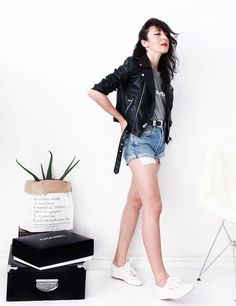 The Black Feather | Sunny Sunday | & Other Stories Earrings - Ba&sh T-Shirt - Levi's Shorts - Superga sneakers