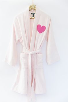 How to Make a Personalized Robe for Your Party Diy Fashion, Fashion Outfits, Do It Yourself Inspiration, Diy Kleidung, Diy Mode, Everything Pink, Clothes Crafts, Clothing Hacks, Feminine Style