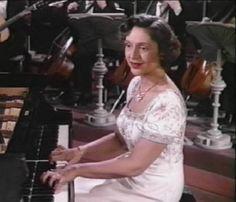Amparo Iturbi, gran pianista, acompañó en muchas ocasiones a su hermano José en sus conciertos por el mundo.