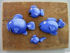 Podemos crear peces con aquellas piedras que nos vamos encontrando por el camino. Las piedras grandes las utilizamos para el cuerpo y las más pequeñas y alargadas para las aletas. Luego solo tenemos que pintarlas a nuestro gusto.