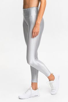 Made from our exclusive Zig Zag fabric with added Lycra® stretch, these seamless sides leggings offer cotton-like comfort alongside a flattering fit, quick-drying qualities and superior durability. Features a wide dual-layer waistband designed to enhance support around the lower abs and hips.