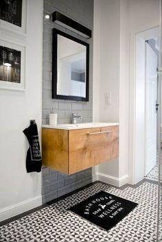 Baño blanco con mueble de madera