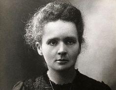 Marie Curie was als natuur- en wiskundige de eerste vrouw die de Nobelprijs won, en de enige vrouw ooit die de prijs een tweede keer in ontvangst mocht nemen. Samen met haar man deed Curie voor het eerst systematisch onderzoek naar radioactiviteit. Haar toewijding aan de wetenschap en het onderwijs was onuitputtelijk, maar door de constante blootstelling aan radioactief materiaal overleed ze uiteindelijk aan leukemie.