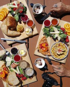 @ondejeune ont pris le traversier afin d'aller déjeuner sous le soleil de la Boulangerie Bouchard : @ondejeune  #moncharlevoix #ondejeune #charlevoix #isleauxcoudres @tourisme_isle_aux_coudres #boulangeriebouchard #quebec #quebecoriginal #canada #canada150 #explorecanada #bakery #food #foodporn #instafood #breakfast #breakfasttime #summer #vacation #travel #traveling #travelgram #instago #foodie #instafood