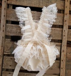 Sewing Baby Girl Delicate and sweet, cotton and lace romper for your little princess. - Delicate and sweet, cotton and lace romper for your little princess. Ruffle Romper, Baby Girl Romper, Baby Girl Dresses, Baby Dress, Flower Girl Dresses, Baby Girls, Lace Ruffle, Ruffles, Boho Romper