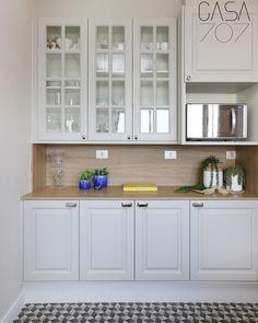 Cozinha provençal: 75 ideias para um ambiente rústico e moderno Home Decor Kitchen, Kitchen Interior, Home Organization, China Cabinet, Sweet Home, Shabby Chic, Kitchen Cabinets, Flooring, Interior Design