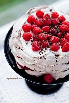 Czekoladowy tort bezowy z malinami.Chocolate meringue cake with raspberries. Chocolate Meringue, Meringue Cake, Cupcakes, Cupcake Cakes, Muffins Frosting, Delicious Desserts, Yummy Food, Raspberry Desserts, Pavlova
