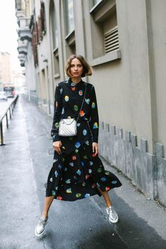 The dress with a sip and in the midi size is super fashionista with silver shoes and bag! it girl – black-print-dress-colorful-tennis – dress – winter – street style Looks Street Style, Street Style Summer, Fashion Week, Look Fashion, Fashion Trends, Fall Fashion, Office Fashion, Fashion 2017, Korean Fashion