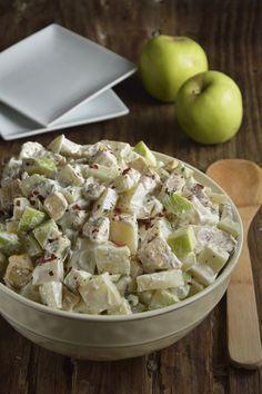 La ensalada de pollo, papa, y manzana está riquísima. Es usalada fresca, jugosa y muy saludable. Es una preparación que te puede sacar de un apuro, por lo fácil y rápido que es prepararla.