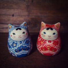 """松本浩子○百々猫堂 on Twitter: """"青い猫ひめだるまは、青海波で泳ぐ猫と、猫がいる唐草。後頭部の文字はないしょ。 https://t.co/KxLQEkZV3o"""""""