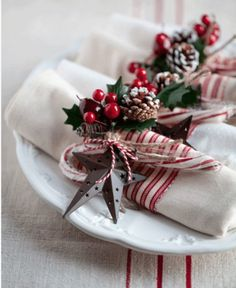 Turn plain napkins into fun and festive table wear for your holiday dinner party… - christmas dekoration Christmas Dining Table, Christmas Table Settings, Christmas Tablescapes, Christmas Table Decorations, Holiday Tables, Thanksgiving Table, Fall Table, Christmas Place Setting, Christmas Dinners