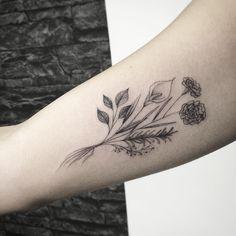 Tatuagem criada por Sindy Brito de Brasília.  Raminho de flores.