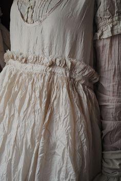 Mlle Blanche : ma robe en soie brodée de fleur rouge...