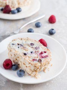 Meringue Roulade, Pastry Shop, Pie Recipes, Food Photo, Bon Appetit, Chocolate Cake, Berries, Bakery, Deserts