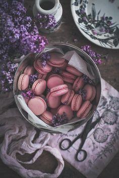 Macarons de chocolate branco, morango e rosa / Strawberry rose & white chocolate macarons - Coco e Baunilha Freeze, Strawberry Roses, Gel Food Coloring, Chocolate Cream, Rose Water, Almond Flour, Sweet, Powdered Sugar, White Chocolate